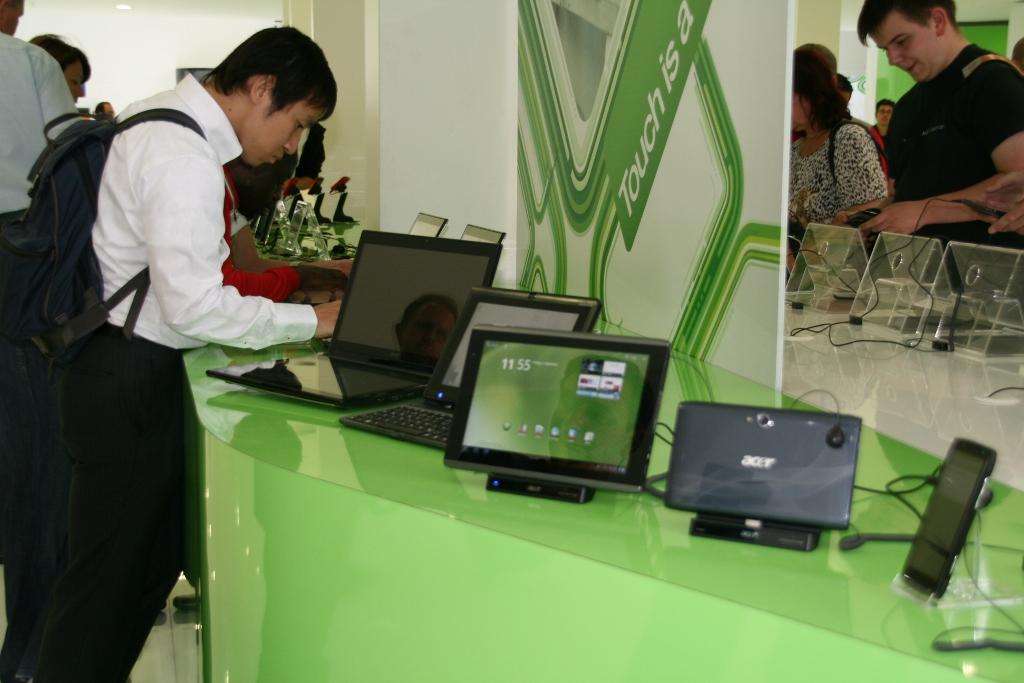 Les tablettes Acer Iconia Tab en démonstration au salon de l'IFA 2011