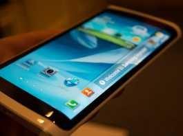 Samsung présente son premier smartphone à écran flexible  3