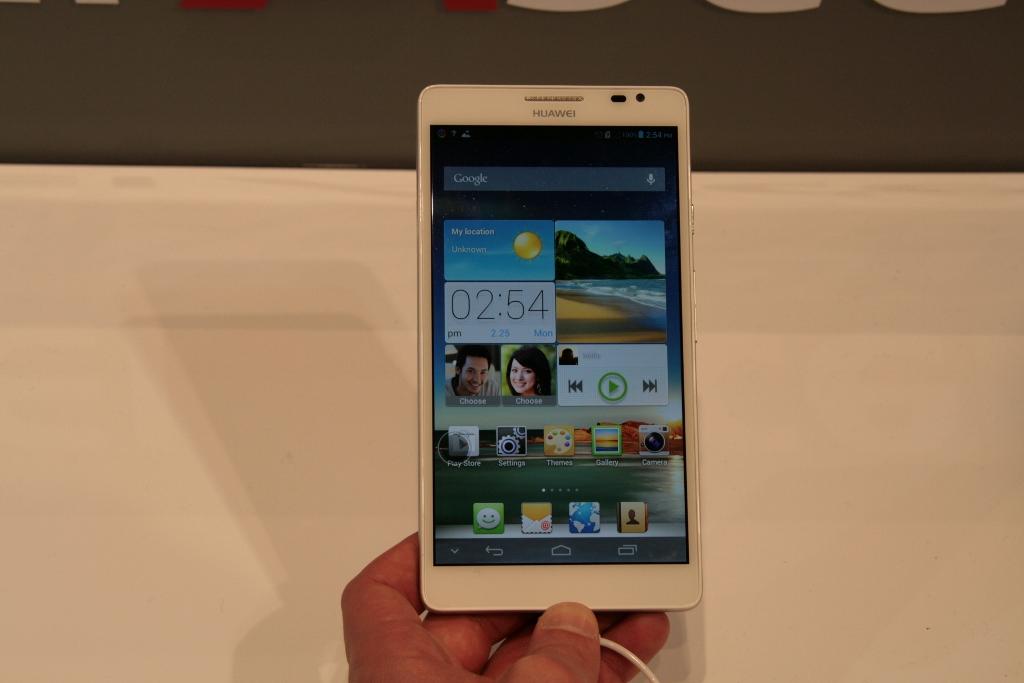 [MWC 2013] Prise en main Huawei Ascent Mate, un smartphone de 6.1 pouces !